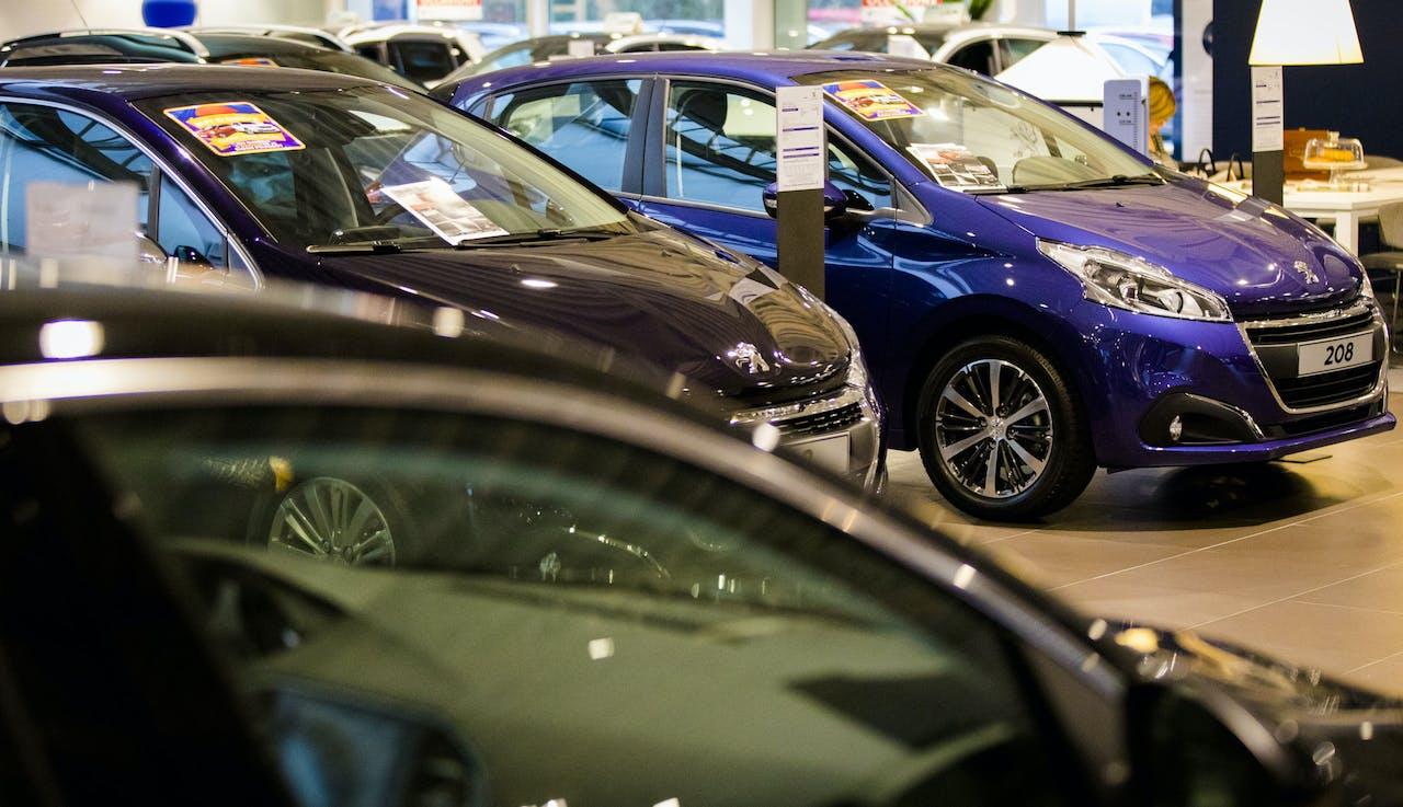 Showroom met gloednieuwe auto's