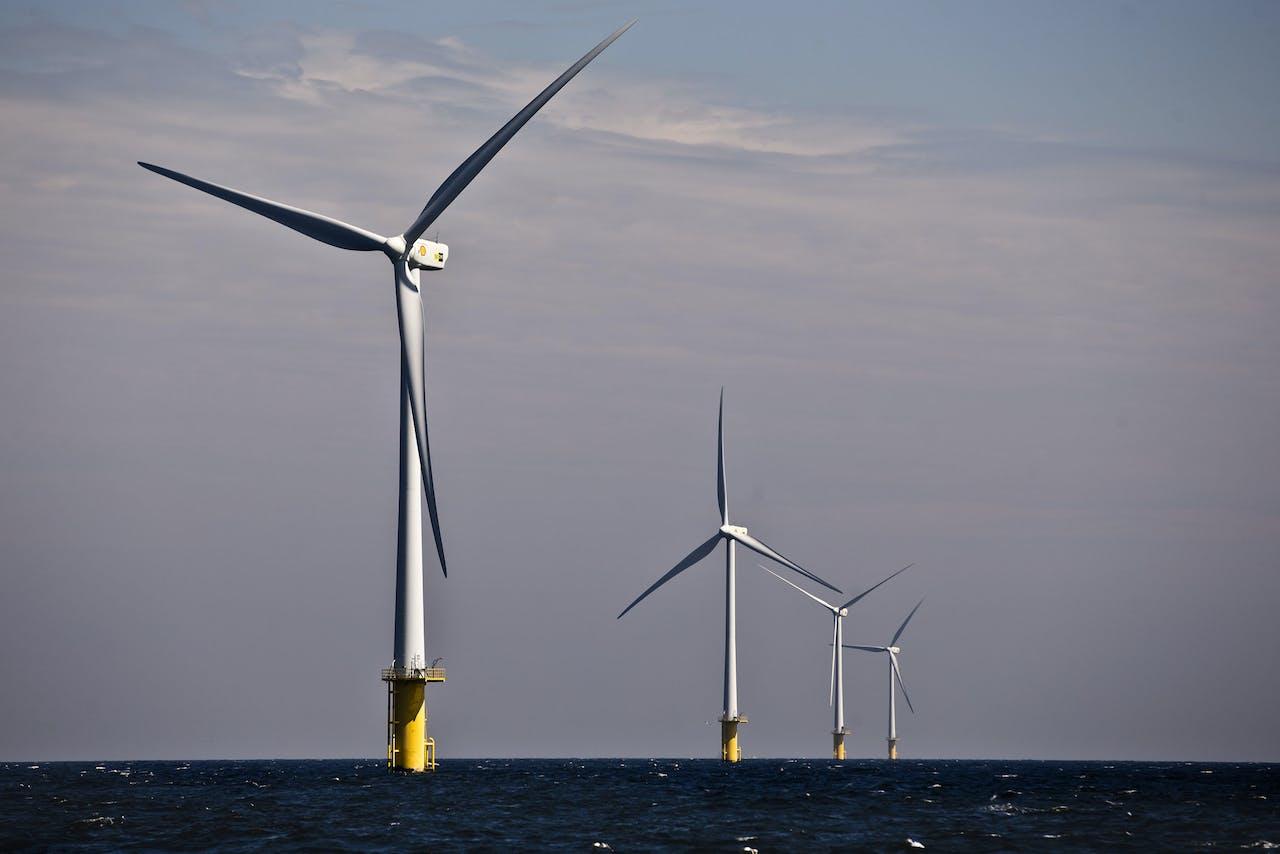 Het windmolenpark voor de kust van IJmuiden dat onder andere door Shell wordt beheerd. foto: ANP EVERT-JAN DANIELS