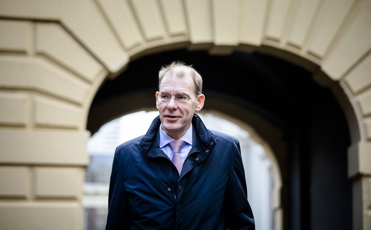Staatssecretaris Menno Snel van Financiën (D66) bij aankomst op het Binnenhof voor de wekelijkse ministerraad.
