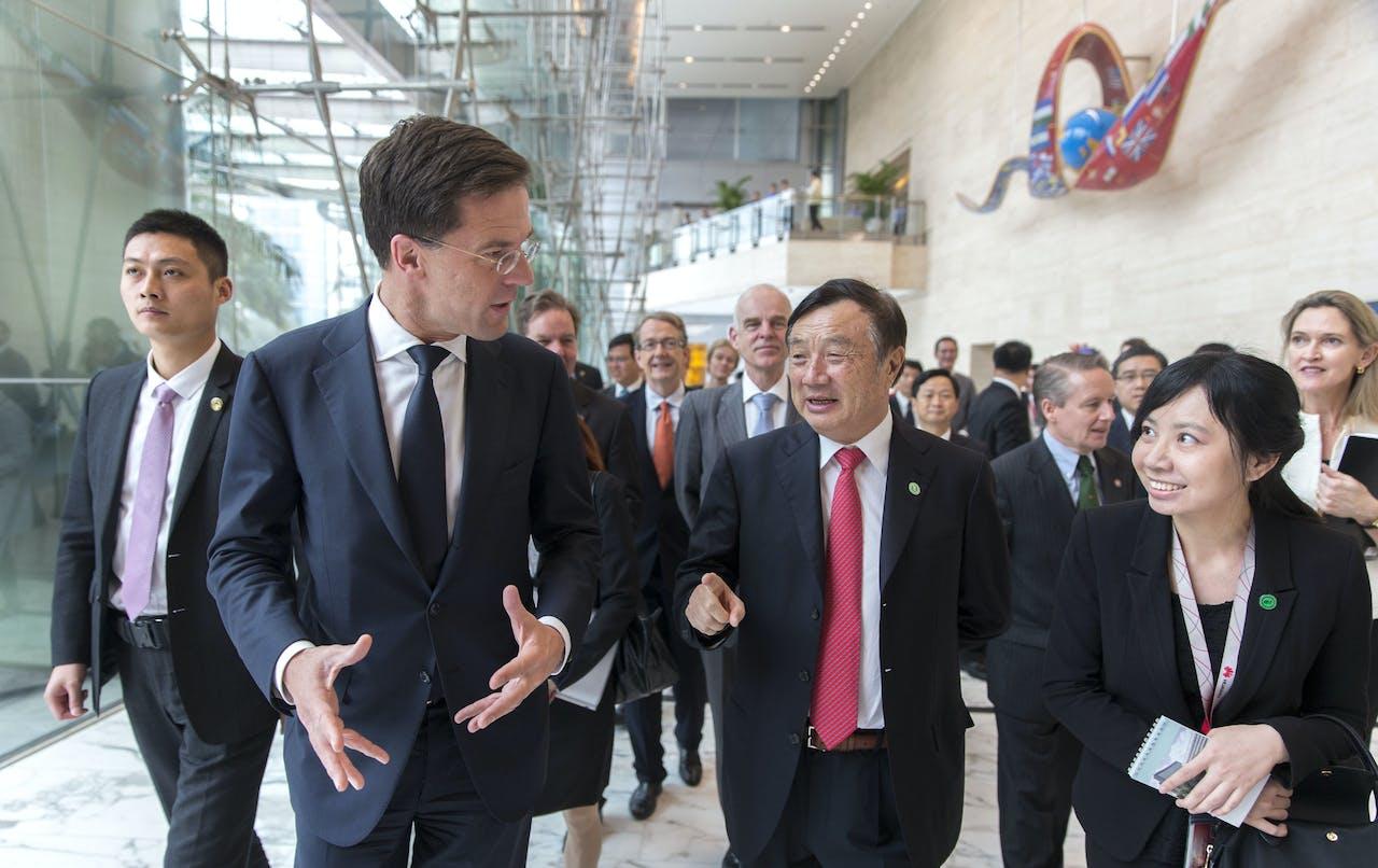 Premier Mark Rutte samen met de oprichter van Huawei, Ren Zhengfei
