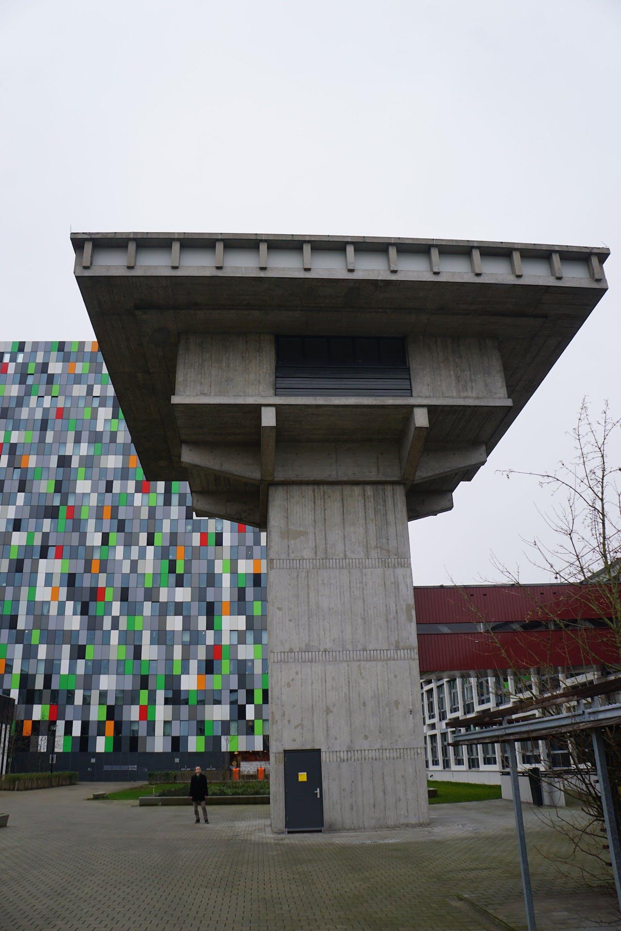 Nogmaals het observatorium, met daarachter het kleurrijke studentenappartementencomplex Casa Confetti.
