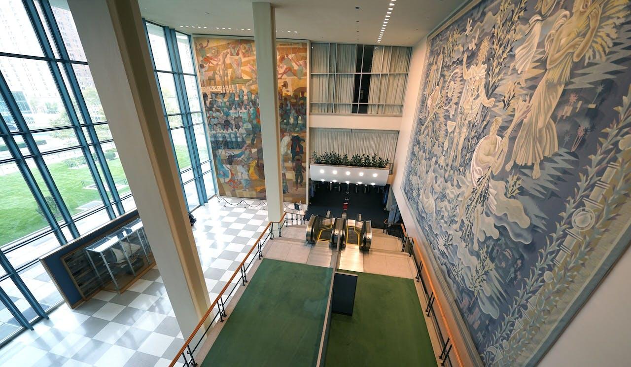 De gangen in het hoofdkantoor van de Verenigde Naties in New York zijn leeg.