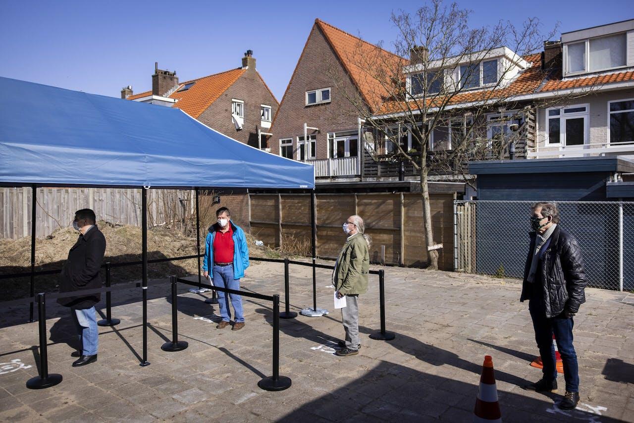 Mensen staan in de rij voor de eerste mobiele vaccinatie-unit in Zandvoort.