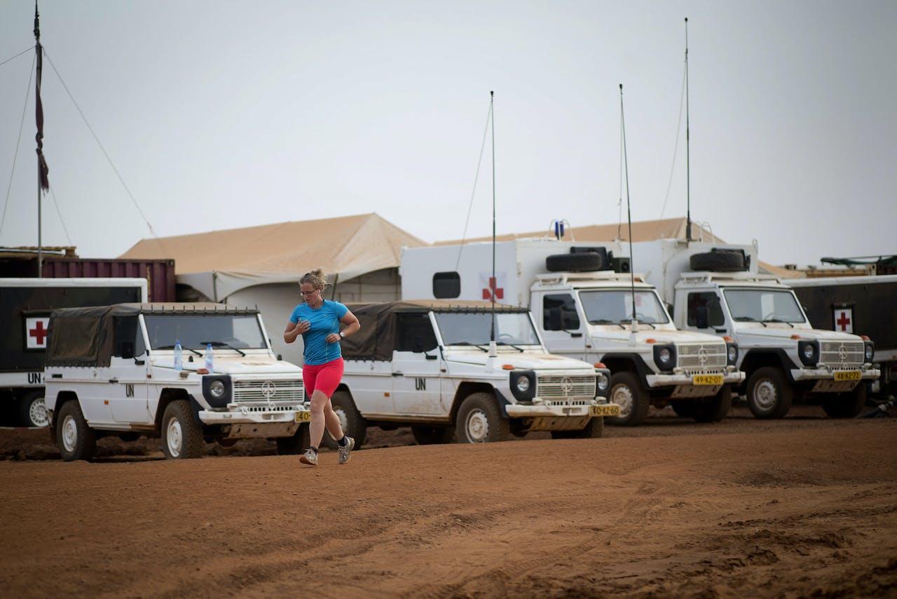 Een Nederlandse militair loopt hard nabij het Nederlandse kamp in Mali