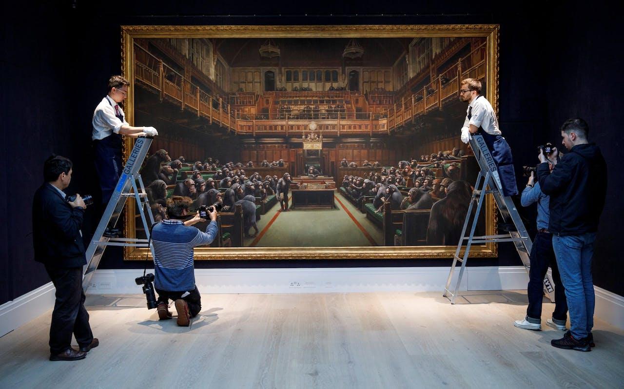 Het werk getiteld 'Devolved Parliament' gemaakt door de Britse artiest Banksy.