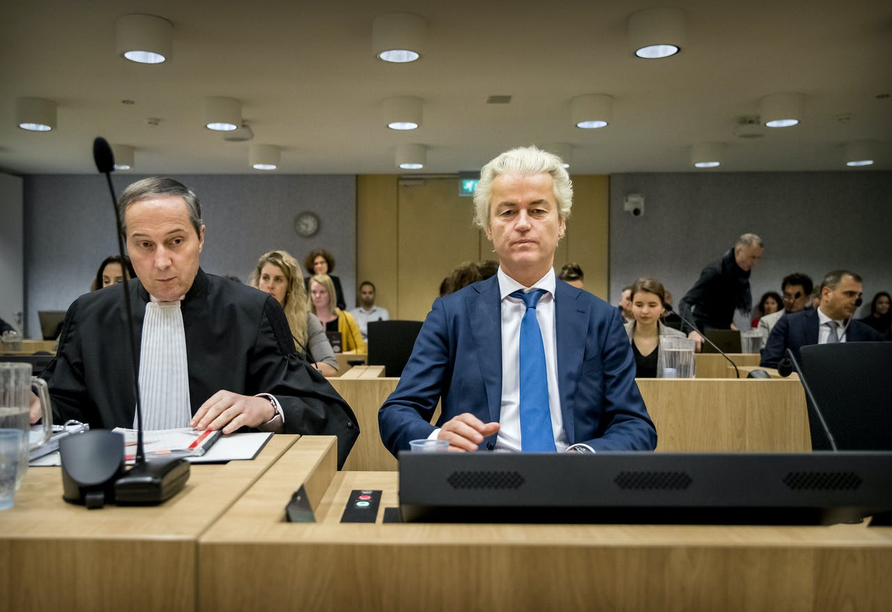 De PVV-frontman Geert Wilders met zijn advocaat Geert-Jan Knoops