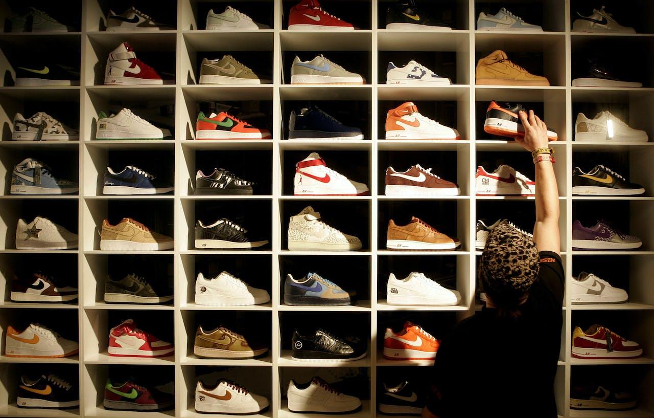 Op de foto een grote wand met 70 verschillende schoenen.