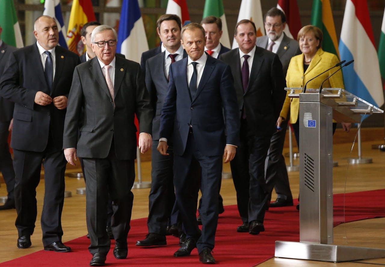 Deelnemers aan de EU-top in Brussel. Op de voorgrond voorzitter Jean Claude Juncker van de Europese Commissie (L) en EU-president Donald Tusk.
