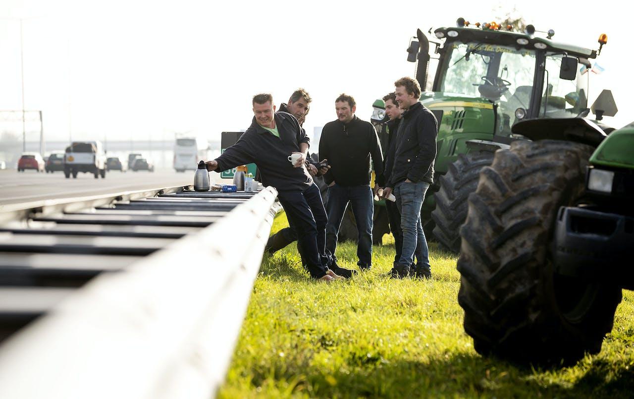 2019-11-25 12:51:17 ABCOUDE - Boeren voeren actie langs de oprit van snelweg A2. Aanleiding van het snelwegprotest is een gesprek tussen 13 boerenorganisaties, verenigd in het Landbouw Collectief en minister Carola Schouten van Landbouw over een alternatief stikstofplan. ANP ROBIN VAN LONKHUIJSEN