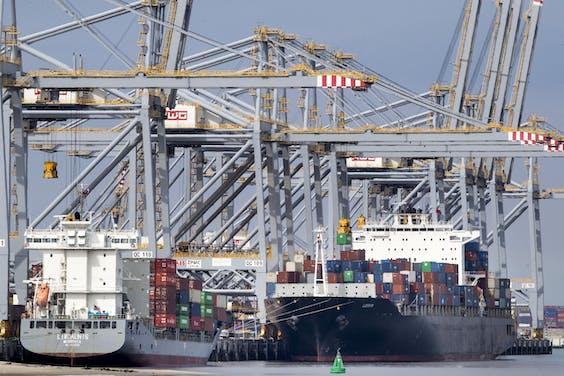 Containerschepen bij de containerterminal van Rotterdam
