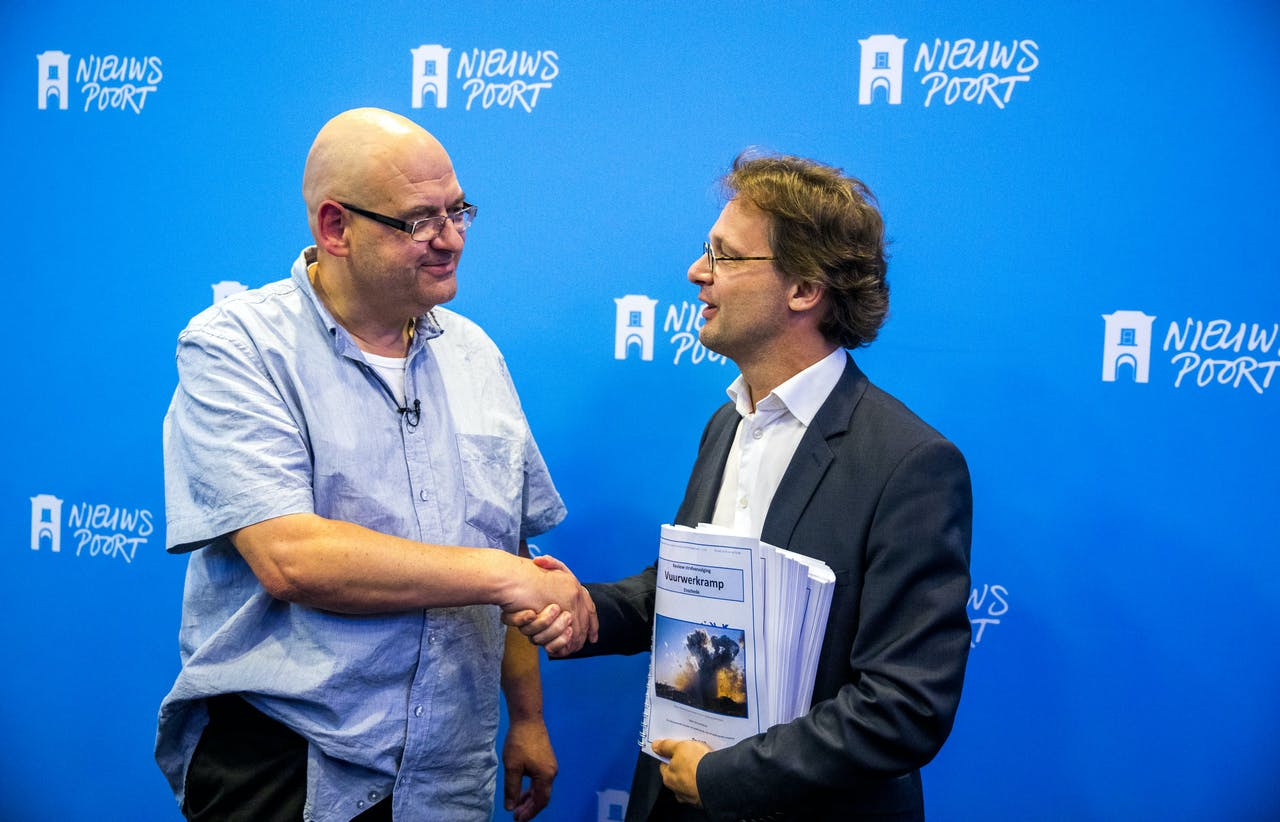 Van Buitenen overhandigt het rapport aan SP-Kamerlid Ronald van Raak.