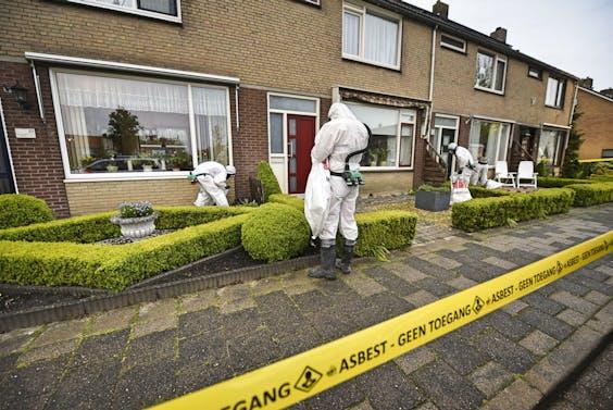 Een gespecialiseerd bedrijf is bezig met het opruimen van asbestdeeltjes die bij een grote brand in een koeienstal in Hazerswoude-Dorp in verscheidenee straten zijn terechtgekomen.