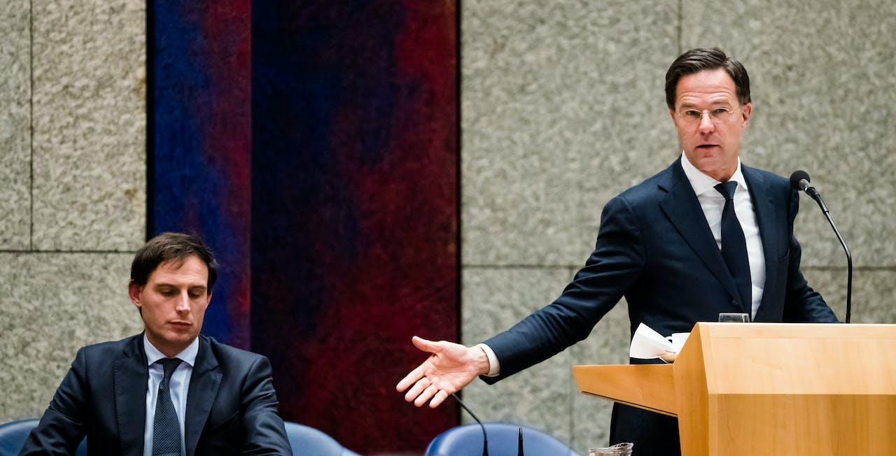 Minister Wopke Hoekstra van Financiën (CDA) en Premier Mark Rutte tijdens een debat met de Kamer over reorganisatie van de Belastingdienst.
