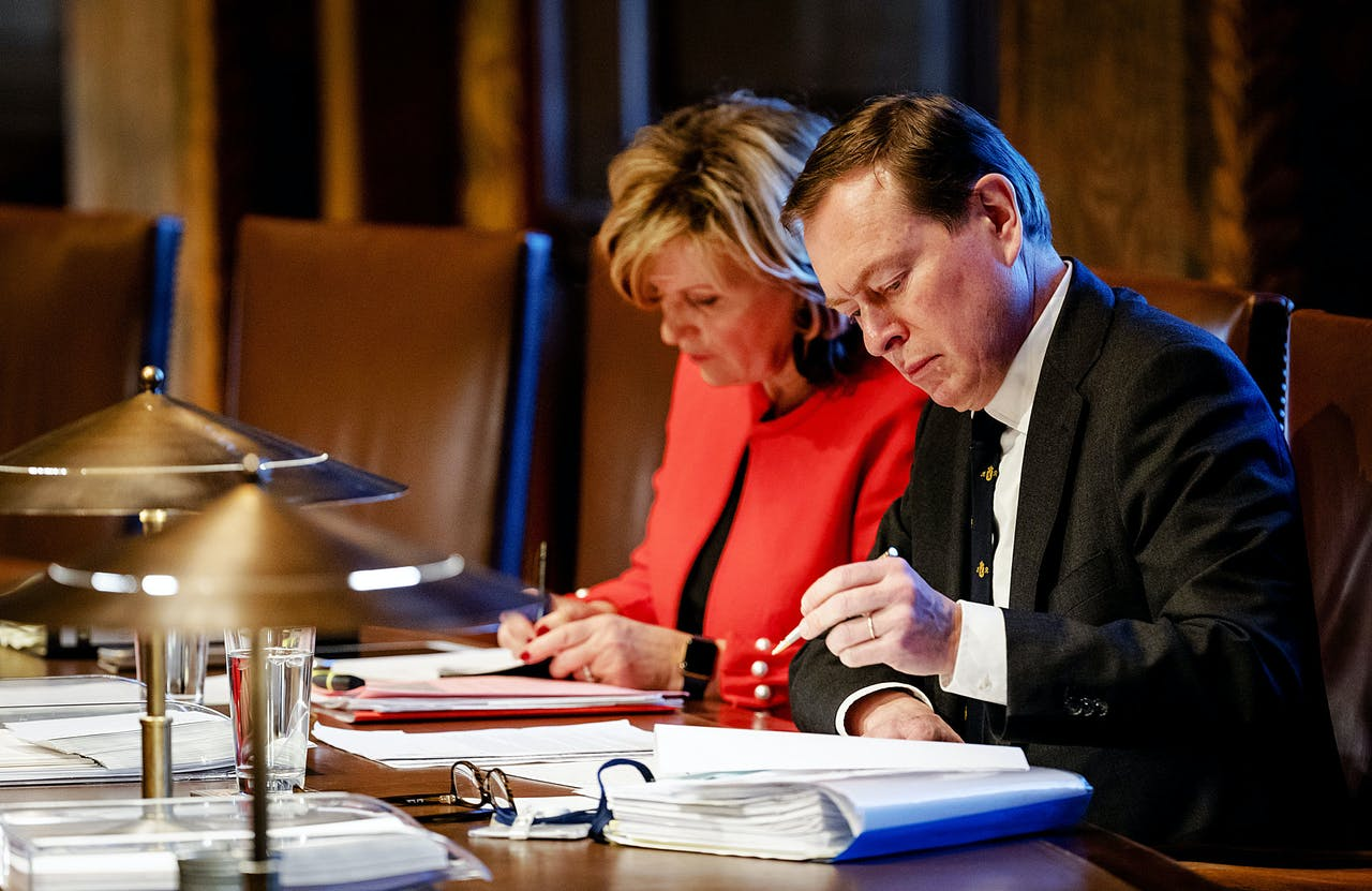 Minister Bruno Bruins (r) van Medische Zorg en Sport en Pia Dijkstra (D66) in de Eerste Kamer tijdens de voortzetting van het debat over het voorstel actief donorregistratiesysteem.