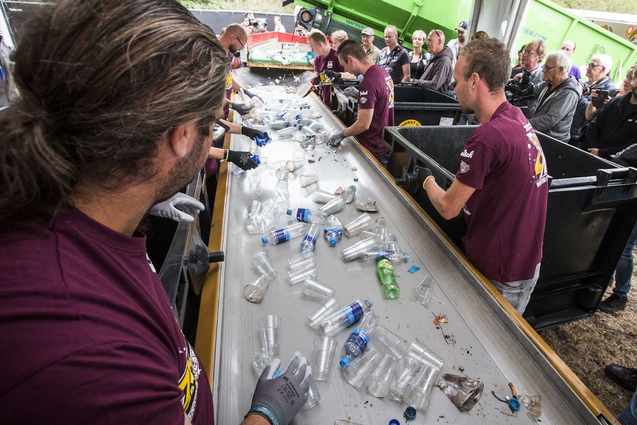 Gescheiden afvalinzameling waarbij plastic wordt gescheiden uit het andere afval tijdens de persdag van festival Zwarte Cross op het festivalterrein in Lichtenvoorde.