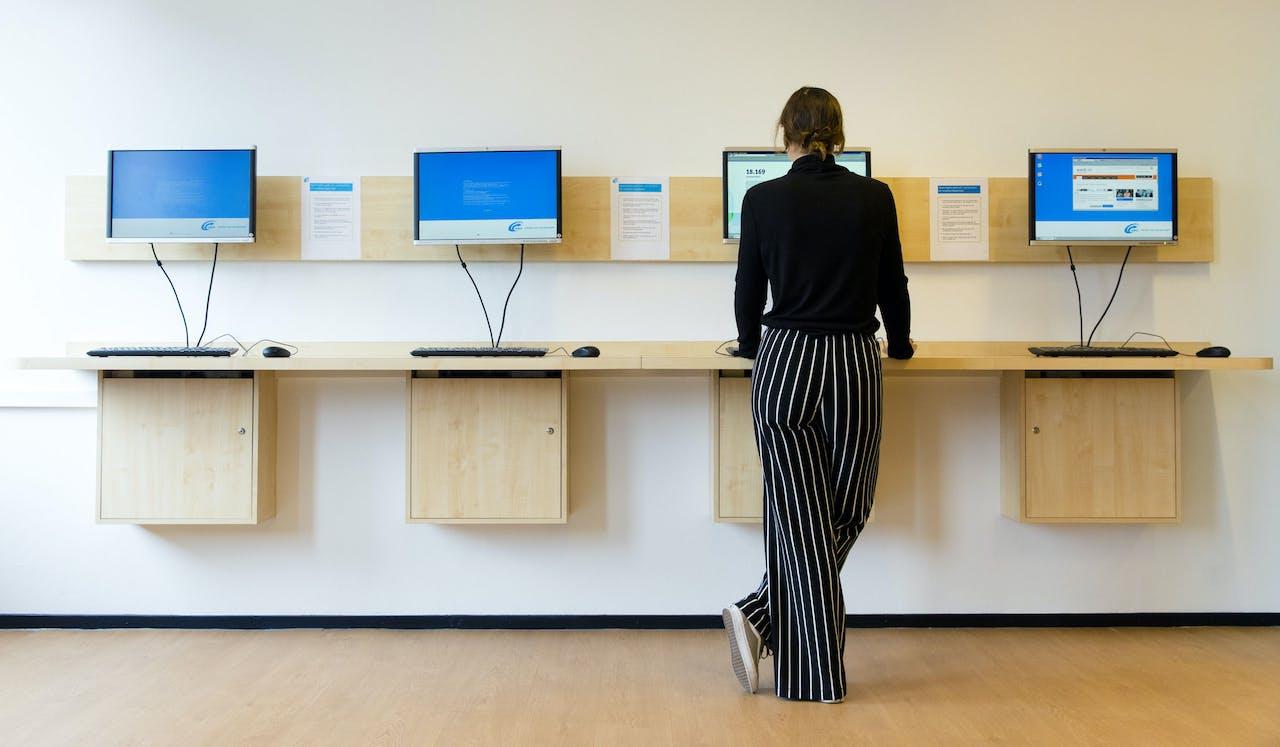 Een werkzoekende achter de computer