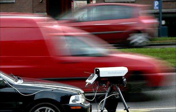 De politie van Rotterdam gebruikt nieuwe digitale flitsers om snelheid overtreders te bekeuren.