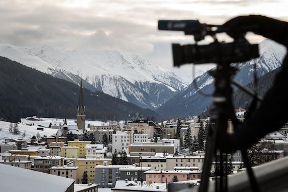 Een tv-ploeg staat in Davos voor WEF
