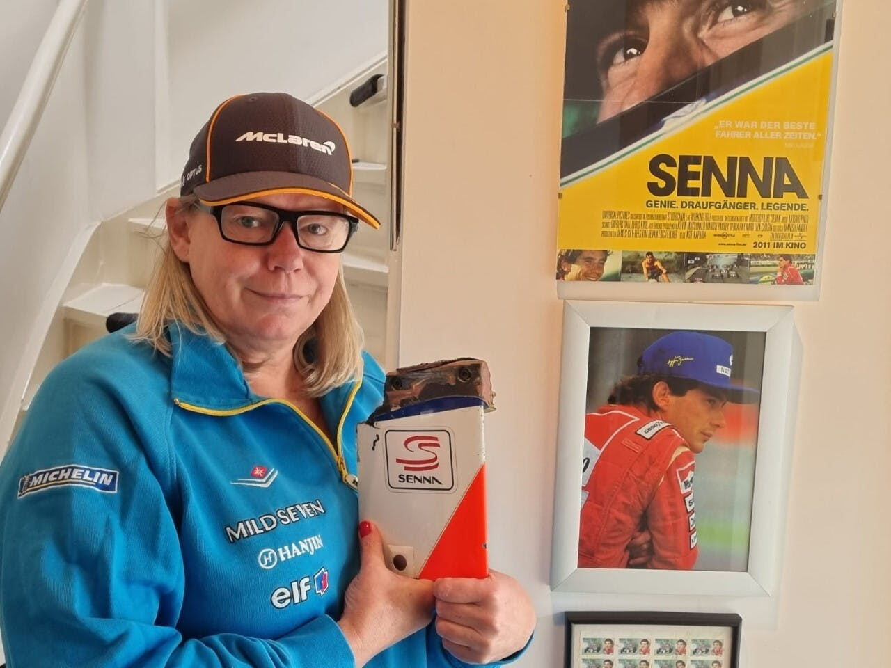 Annick van der Leeuw met haar mooiste Formule 1-trofee: een wrakstuk van de auto van Williams-coureur Damon Hill die crashte op het circuit van Nürburgring in 1995.