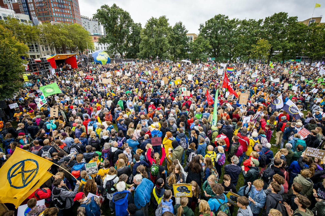 Deelnemers aan de klimaatstaking verzamelen voor het Centraal Station in Den Haag. Terwijl de klimaattop van de VN in New York plaatsvindt, lopen wereldwijd klimaatactivisten mee in klimaatmarsen.