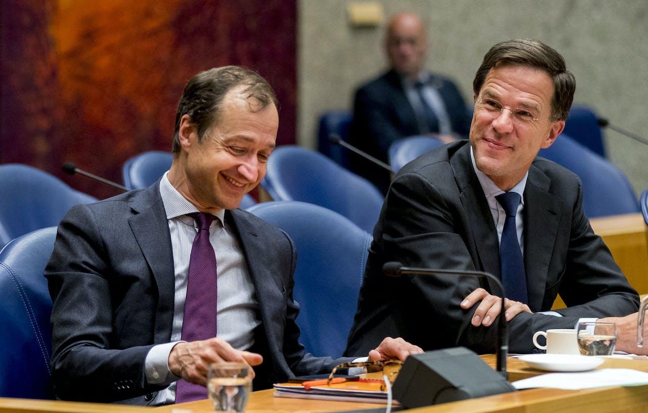 DEN HAAG - Minister Eric Wiebes van Economische Zaken en Klimaat (VVD) en Premier Mark Rutte tijdens het Tweede Kamerdebat over de omstreden memo's rond de afschaffing van de dividendbelasting. ANP JERRY LAMPEN