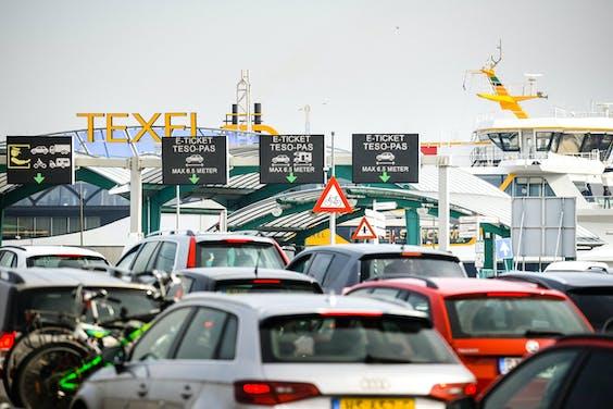 Auto's in de file in een haven