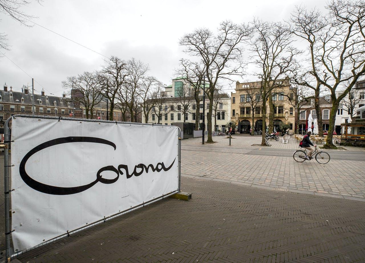 Weinig mensen op straat in het centrum van Den Haag vanwege het nieuwe coronavirus.