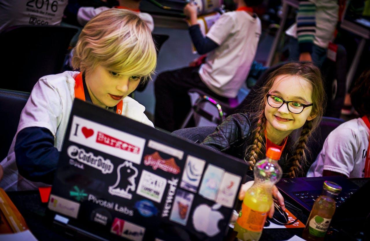 Kinderen bij een programmeerevent in Amsterdam.