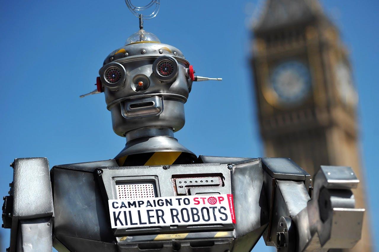 Een nep-killer robot bij een demonstratie in 2013