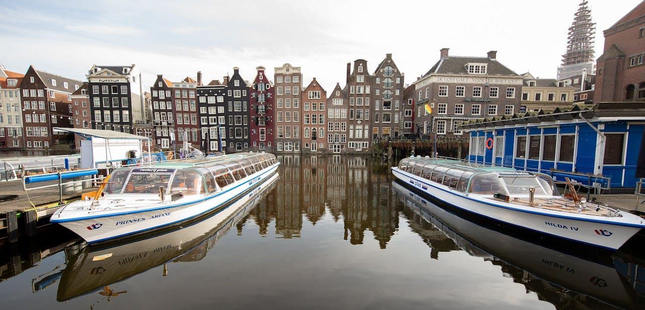 Lege rondvaartboten in Amsterdam.