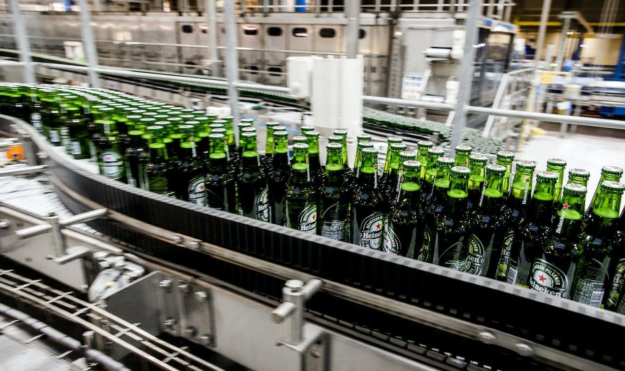 2017-11-07 10:49:32 ZOETERWOUDE - Bierflesjes Heineken over de lopende band in de brouwerij van Heineken. ANP XTRA KOEN VAN WEEL