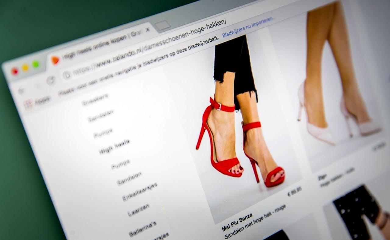 Schoenen kopen op een website.