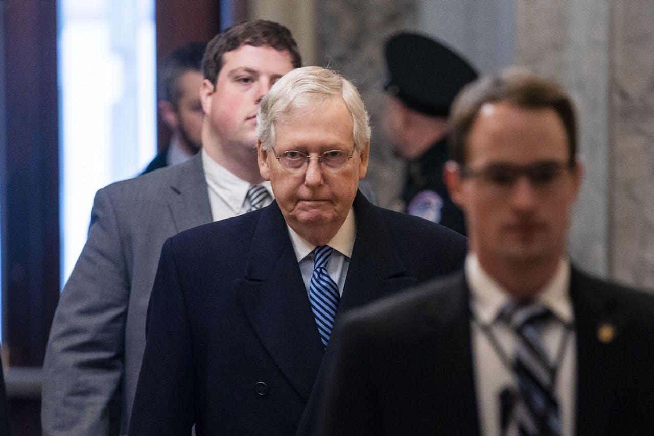 De leider in de Senaat voor de Republikeinen, Mitch McConnell, gaat niet vrolijker kijken door de lange zittingen over de impeachment van president Trump.