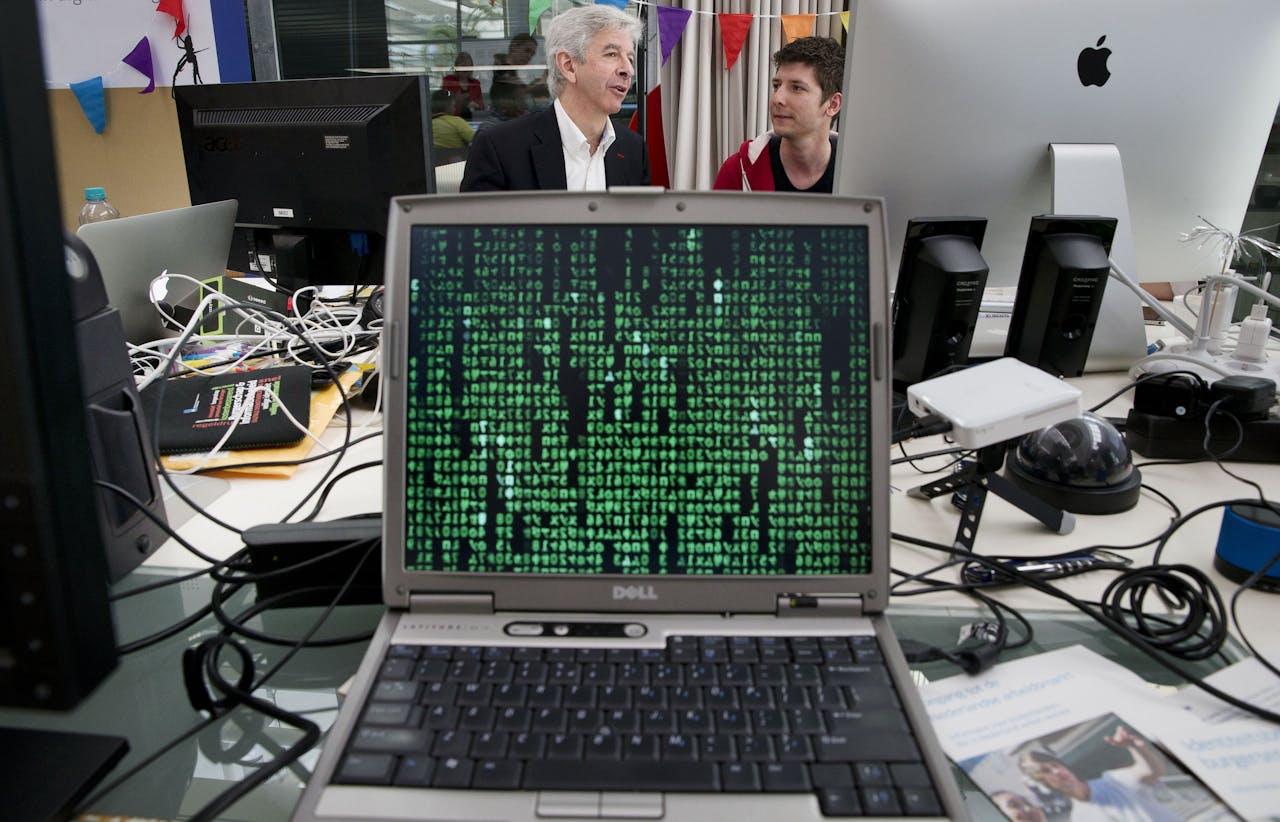 Voormalig minister Ronald Plasterk bij een marathon voor hackers