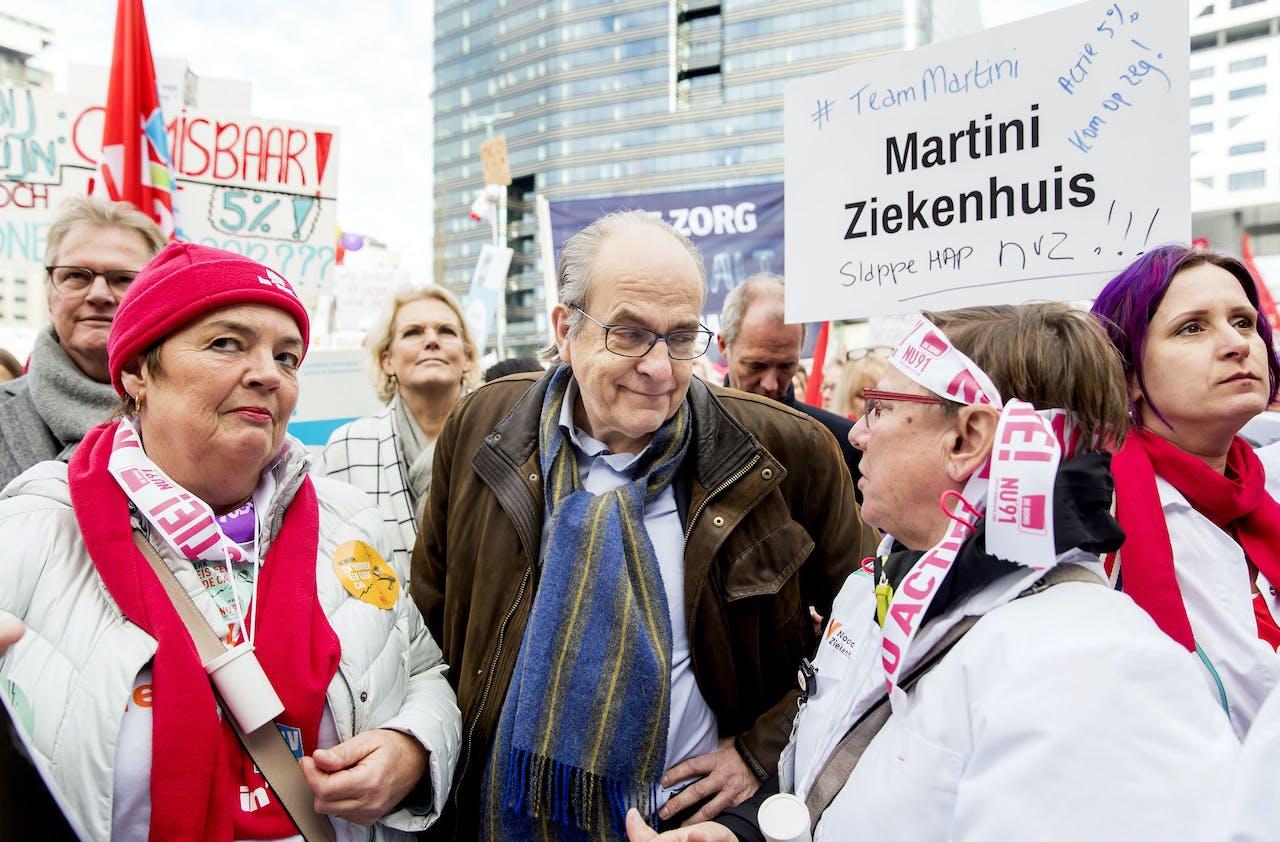 NVZ-voorzitter Ad Melkert in gesprek met ziekenhuispersoneel tijdens de landelijke ziekenhuisstaking