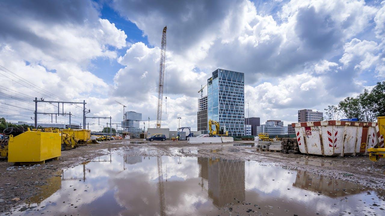 AMSTERDAM - Werkzaamheden aan de Zuidasdok, waarbij een deel van de ringweg A10 bij de Zuidas onder de grond verdwijnt. Verder wordt de weg verbreed en komen er nieuwe openbaarvervoervoorzieningen.