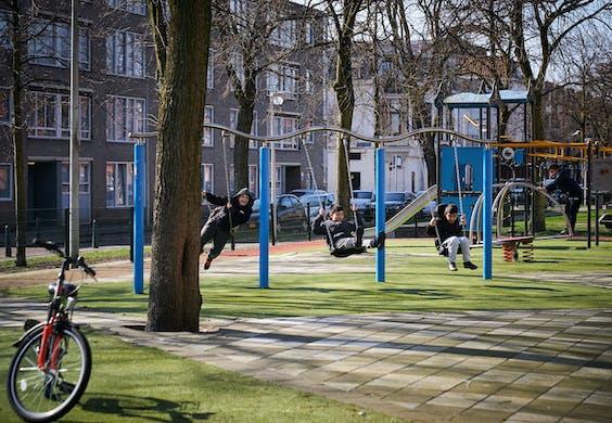 Kinderen spelen in een speeltuin in de Haagse Schilderswijk