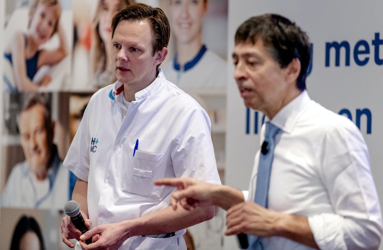 Bastiaan Sorgdrager (links), voorzitter Medische Staf en Paul Doop, voorzitter raad van bestuur tijdens de persbijeenkomst over de toekomst van Haaglanden Medisch Centrum. Het bestuur geeft uitsluitsel aan het personeel en inwoners van Den Haag over de toekomst van het Bronovo-ziekenhuis.