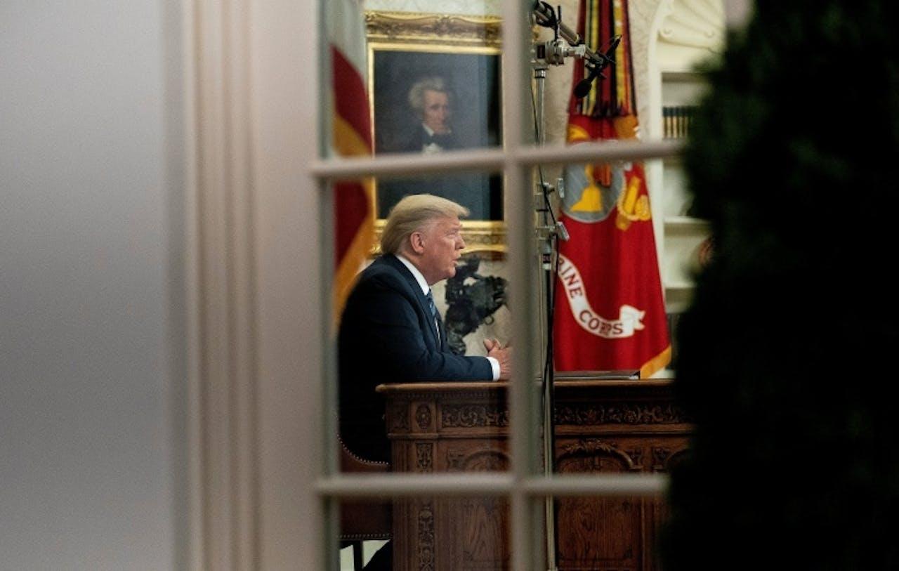 President Trump spreekt vanuit de Oval Office het volk toe over de crisis die is ontstaan door het coronavirus.