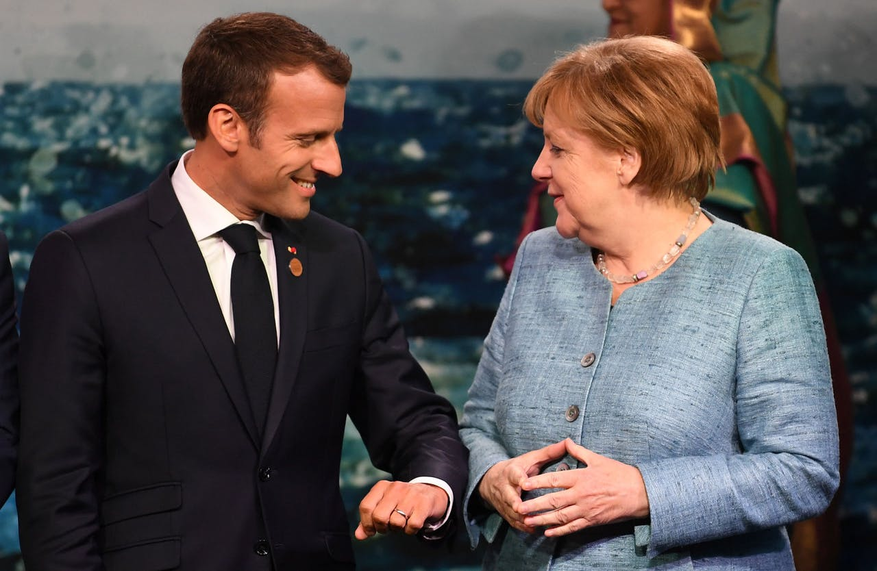 Emmanuel Macron (L) en Angela Merkel