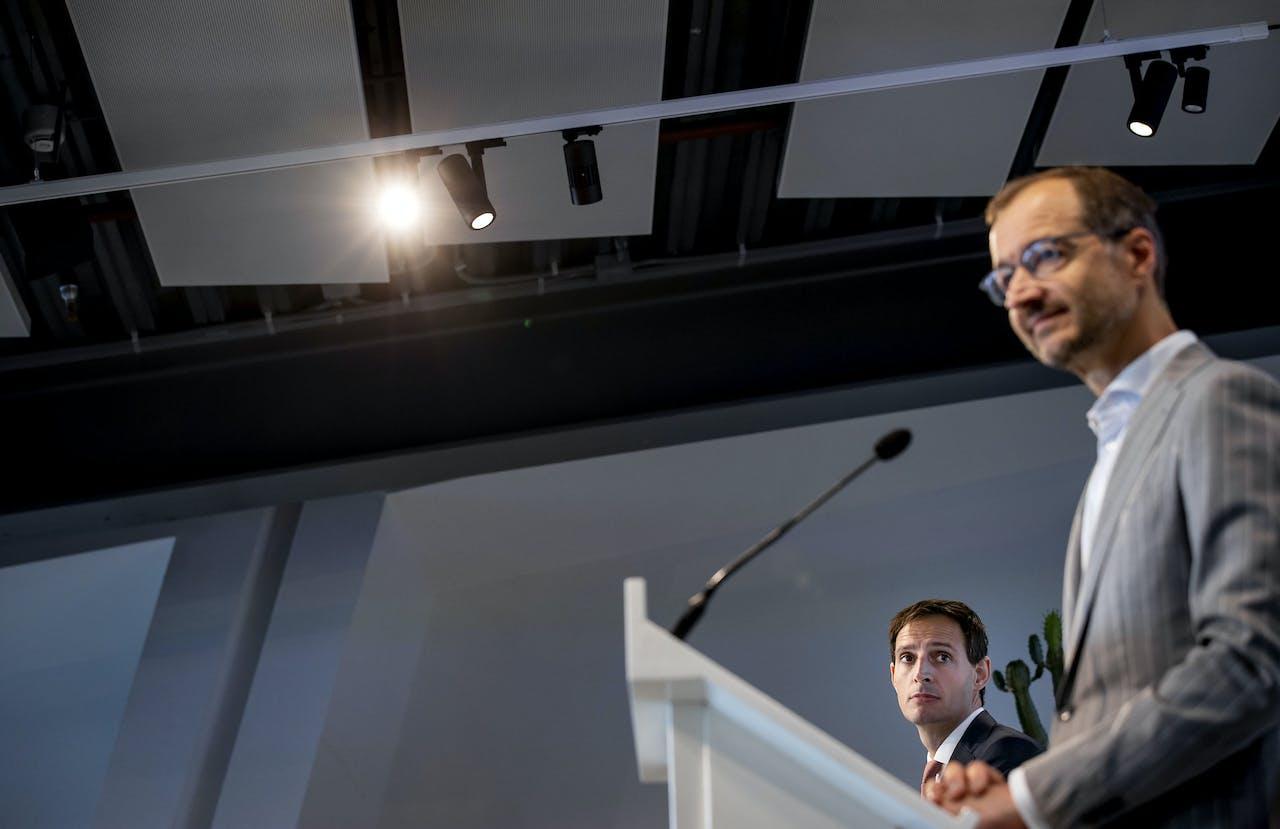 De ministers Wiebes en Hoekstra presenteren het Nationaal Groeifonds.