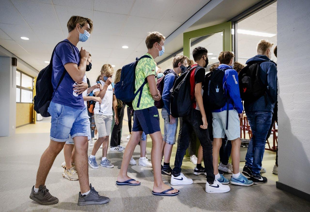 Leerlingen van het Mendel College dragen een mondkapje op de eerste schooldag
