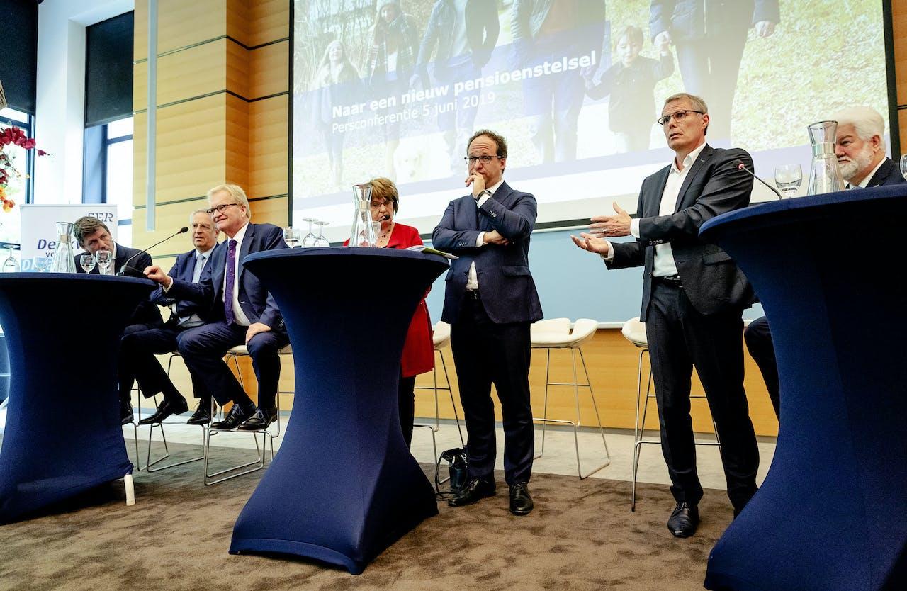 VNO-NCW voorzitter Hans de Boer, Minister Koolmees van Sociale Zaken en Werkgelegenheid, Han Busker voorzitter van de FNV en vakbond voorzitter CNV Maurice Limmen tijdens de presentatie van de vernieuwing van het pensioenstelsel.