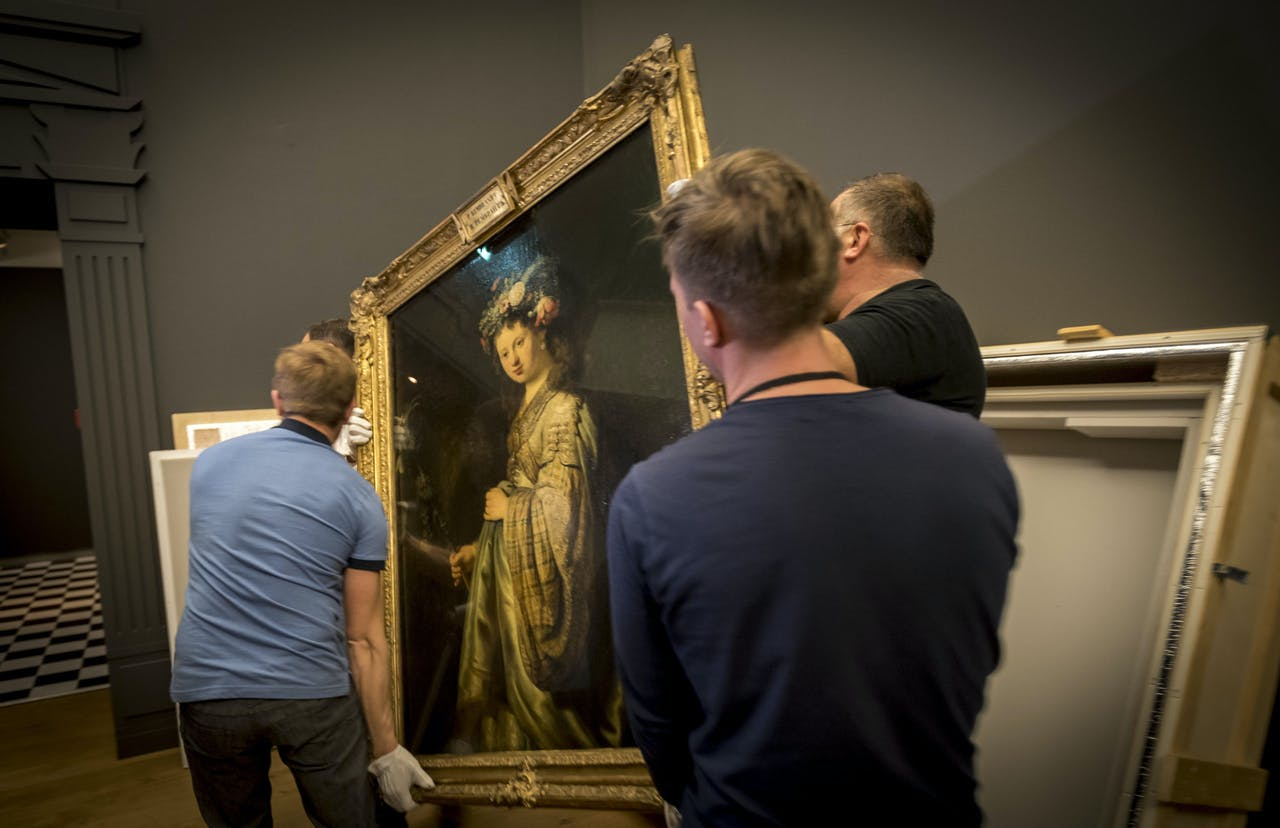 Daar gaat Flora van Rembrandt, die wordt uitgepakt in De Hermitage. Het schilderij is te zien tijdens de tentoonstelling Hollandse Meesters.