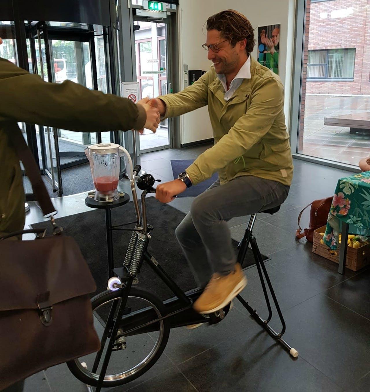 Medewerker van KPN op de fiets