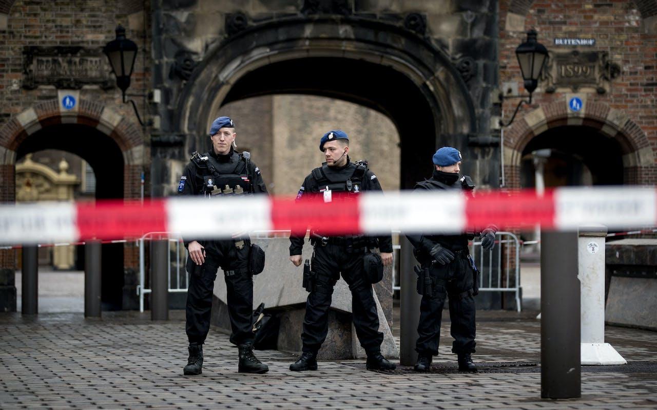 2019-02-08 13:48:37 DEN HAAG - Politie en marechaussee staan bij de afsluiting op het Binnenhof vermoedelijk door een onbekende man die zich verdacht gedroeg. ANP KOEN VAN WEEL