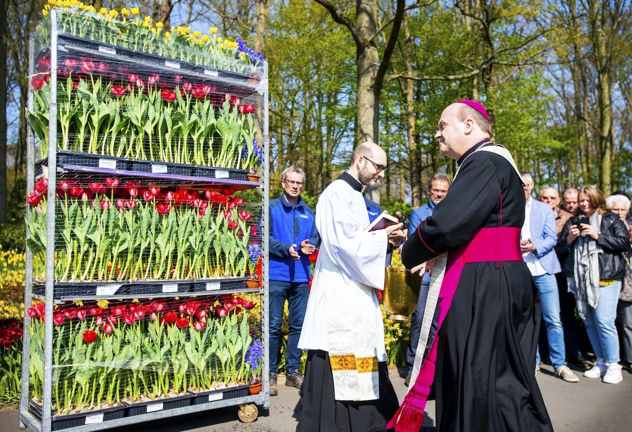 Bisschop Hans van de Hende van Rotterdam zegent een lading bloemen,