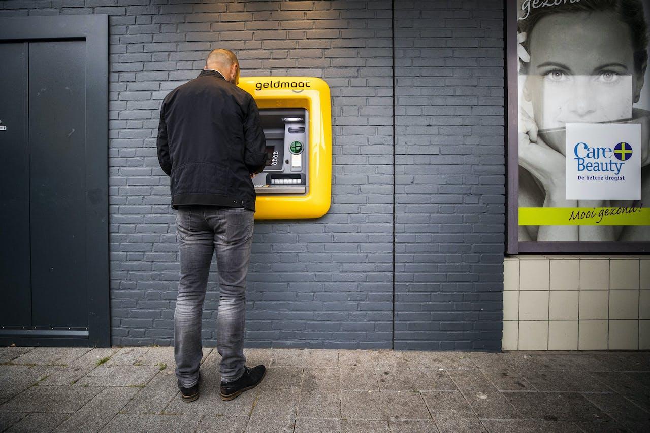 'Er wordt in Nederland voor 20 tot 25 miljard per jaar witgewassen', zegt Roald van der Linde. Hij verwijst naar het boek 'De achterkant van Nederland' van Pieter Tops en Jan Tromp waarin de verstrengeling tussen het dagelijkse leven en de georganiseerde misdaad wordt beschreven.