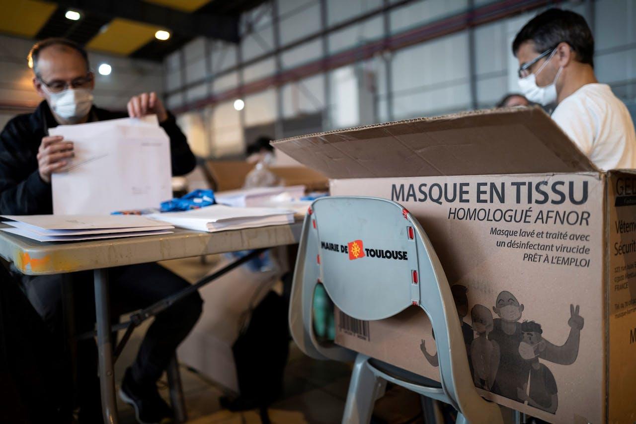 Werknemers van het gemeente Toulouse met mondkapjes