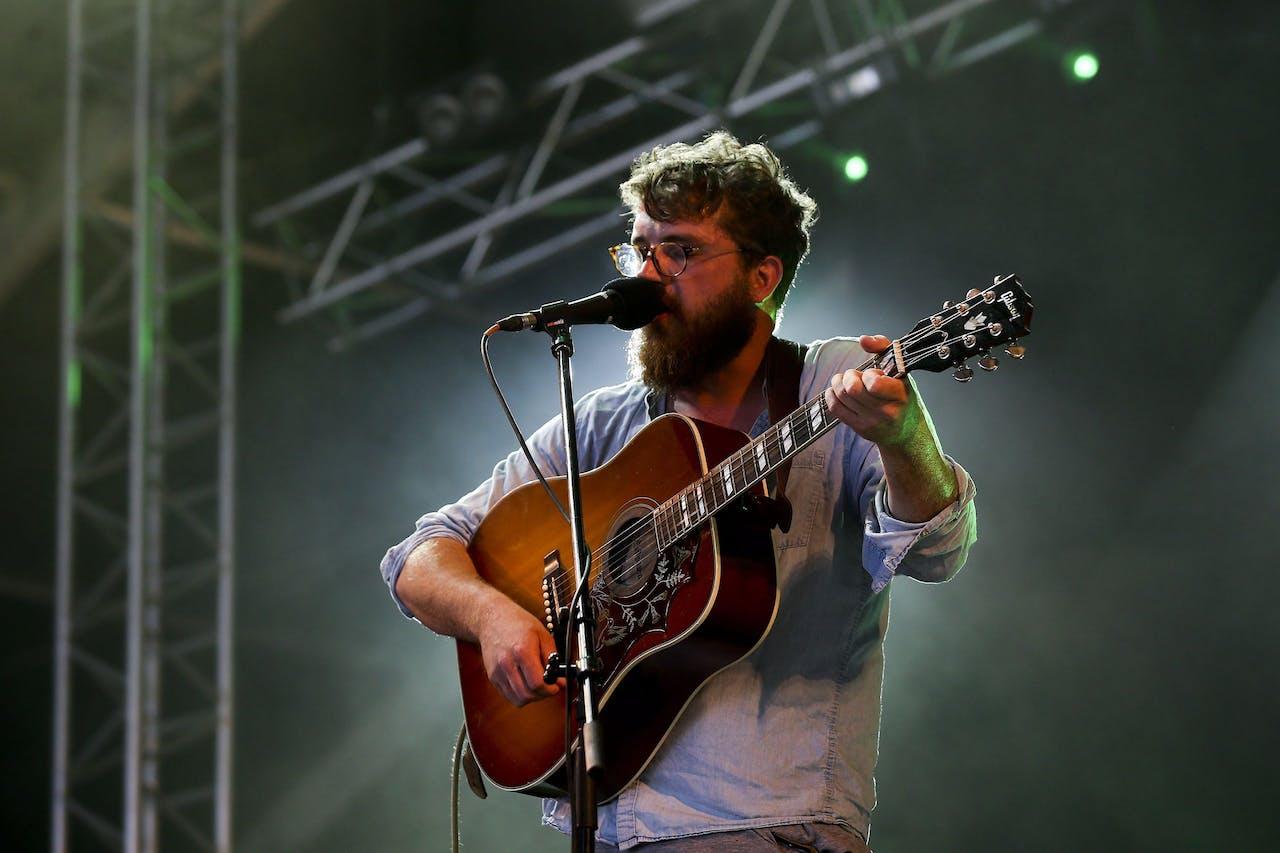 De zanger van de Britse band Bear's Den, Andrew Davie, treedt op tijden het Alive Festival in Lissabon, Portugal.
